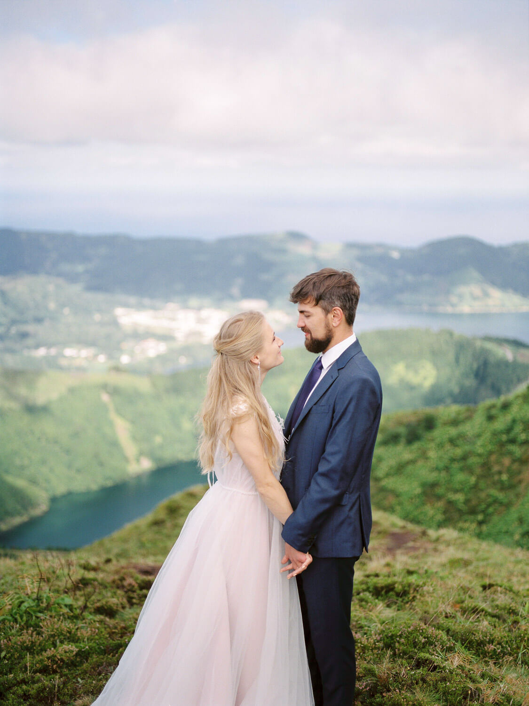 Wedding photograph of Bride and Groom at Lagoa das Setes Cidades by Portugal Wedding Photographer