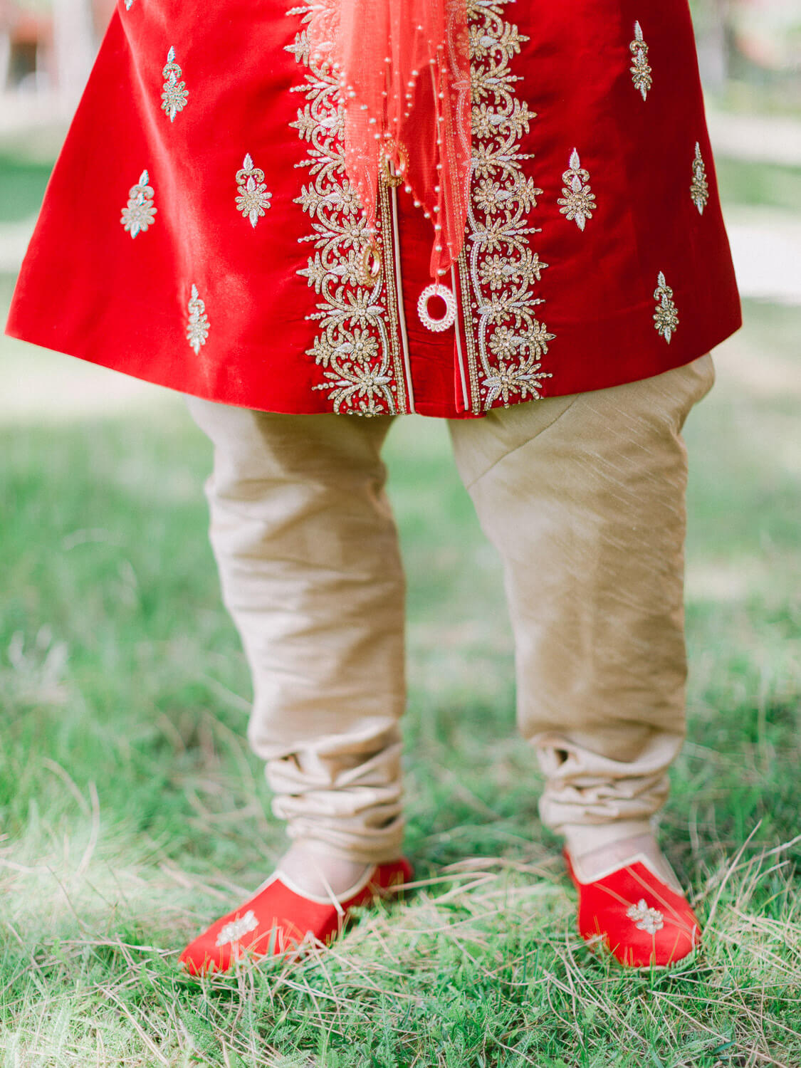 Hindu groom vests details on his wedding in Portugal by Portugal Wedding Photographer