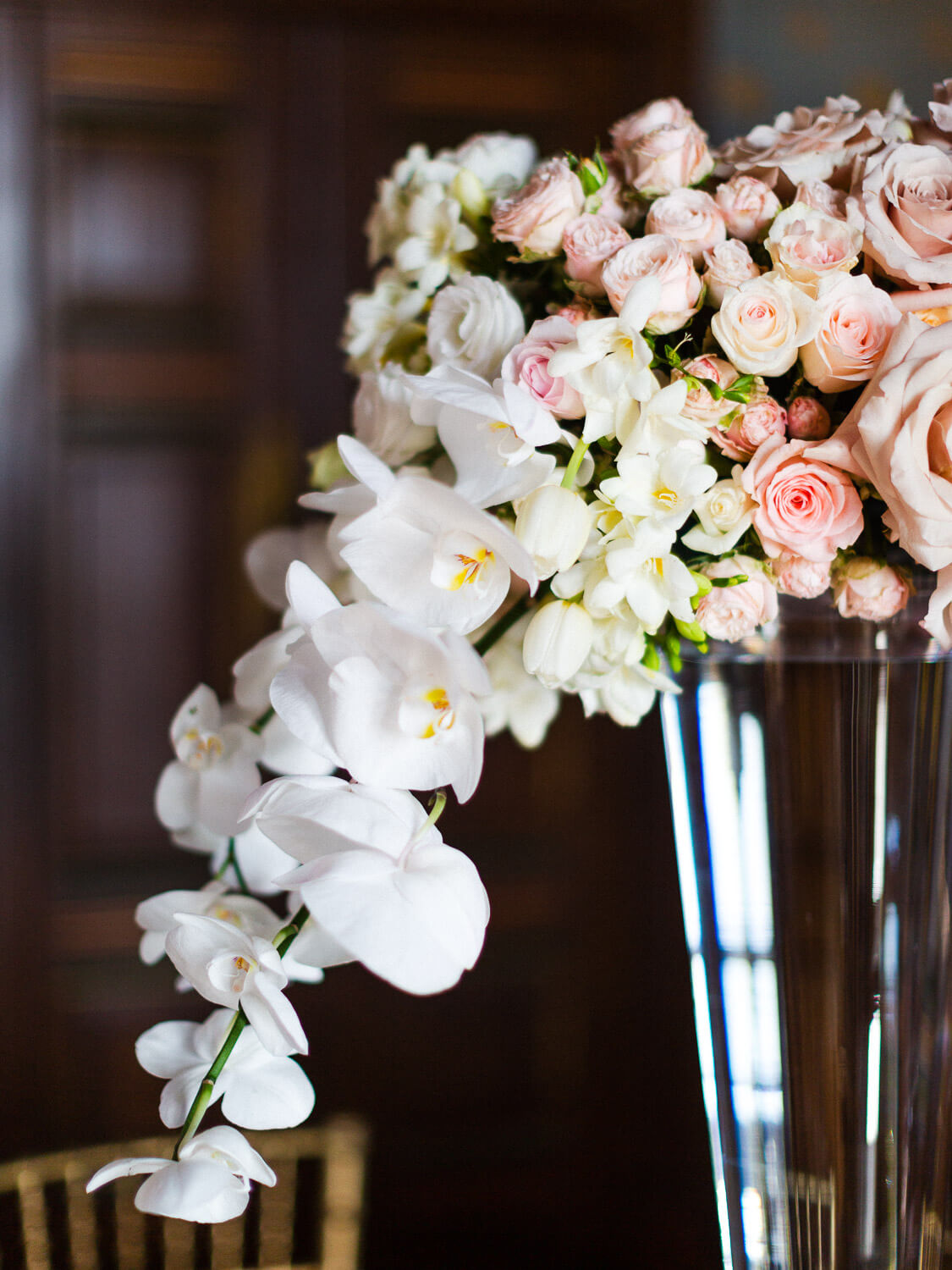 spray roses and white orchids high floral arrangement by Portugal Wedding Photographer