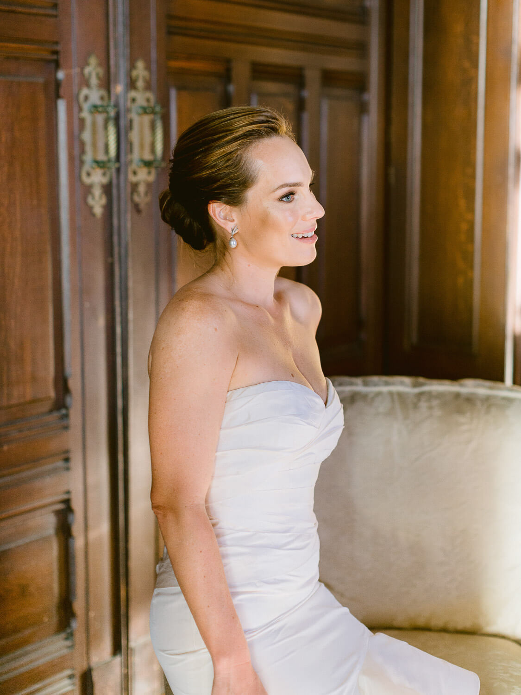 beautiful bride portrait in Forte da Cruz by Portugal Wedding Photographer