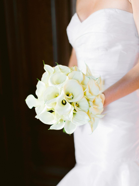 white calla lily bridal bouquet by Portugal Wedding Photographer in Forte da Cruz