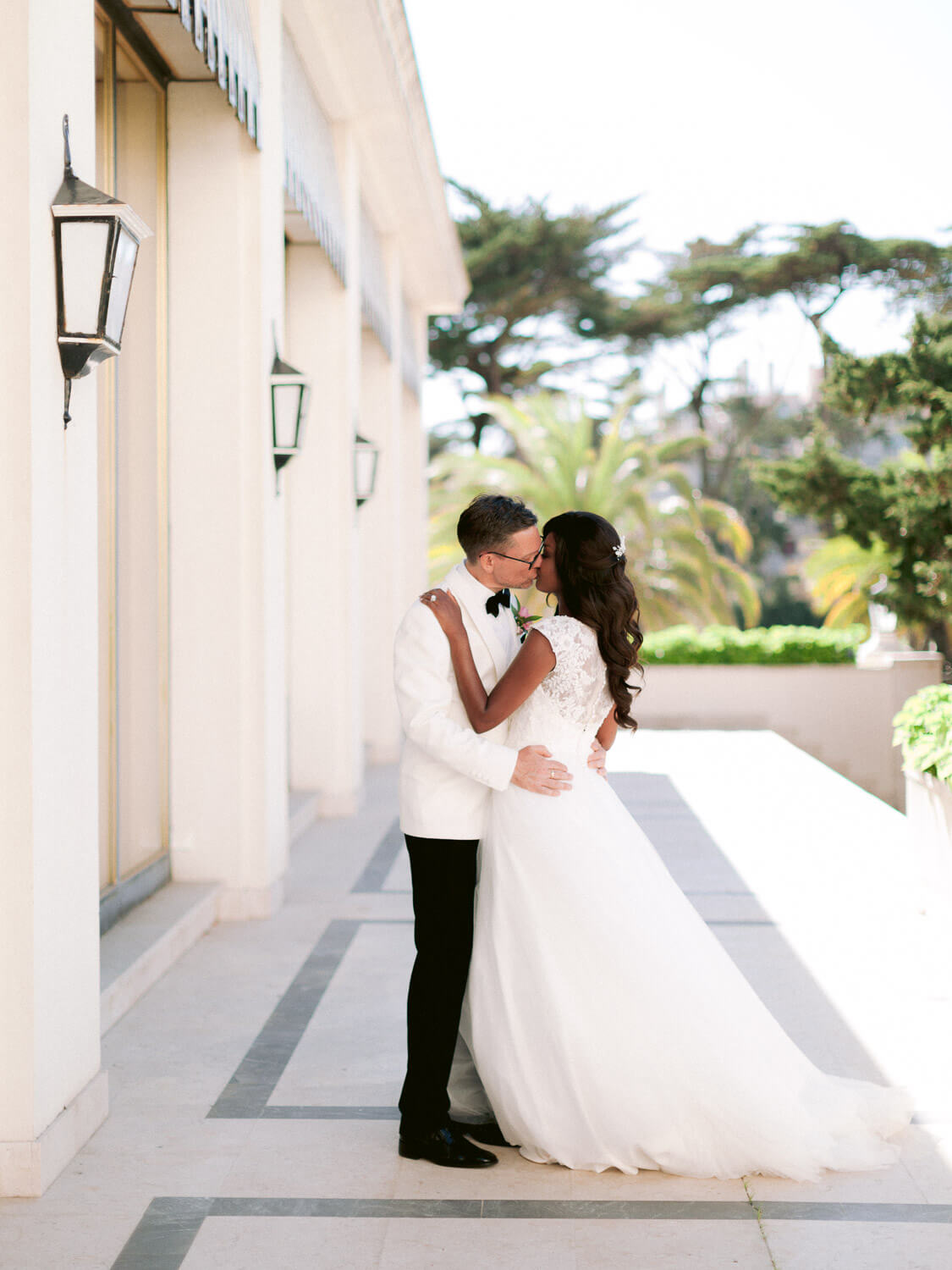 glamorous newlywed's kiss in Hotel Palacio Estoril by Portugal Wedding Photographer