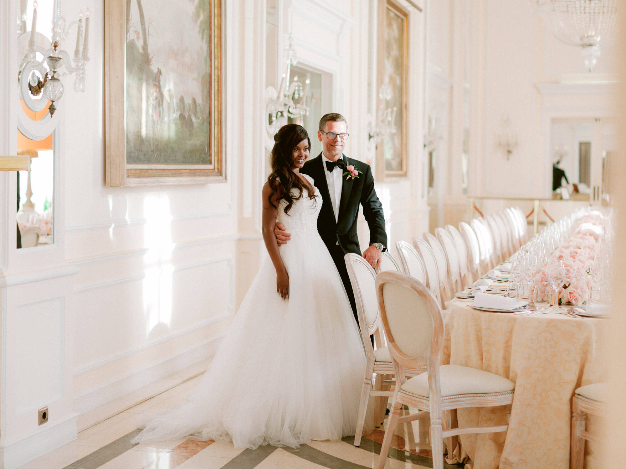bride and groom and an elegant reception long table by Portugal Wedding Photographer