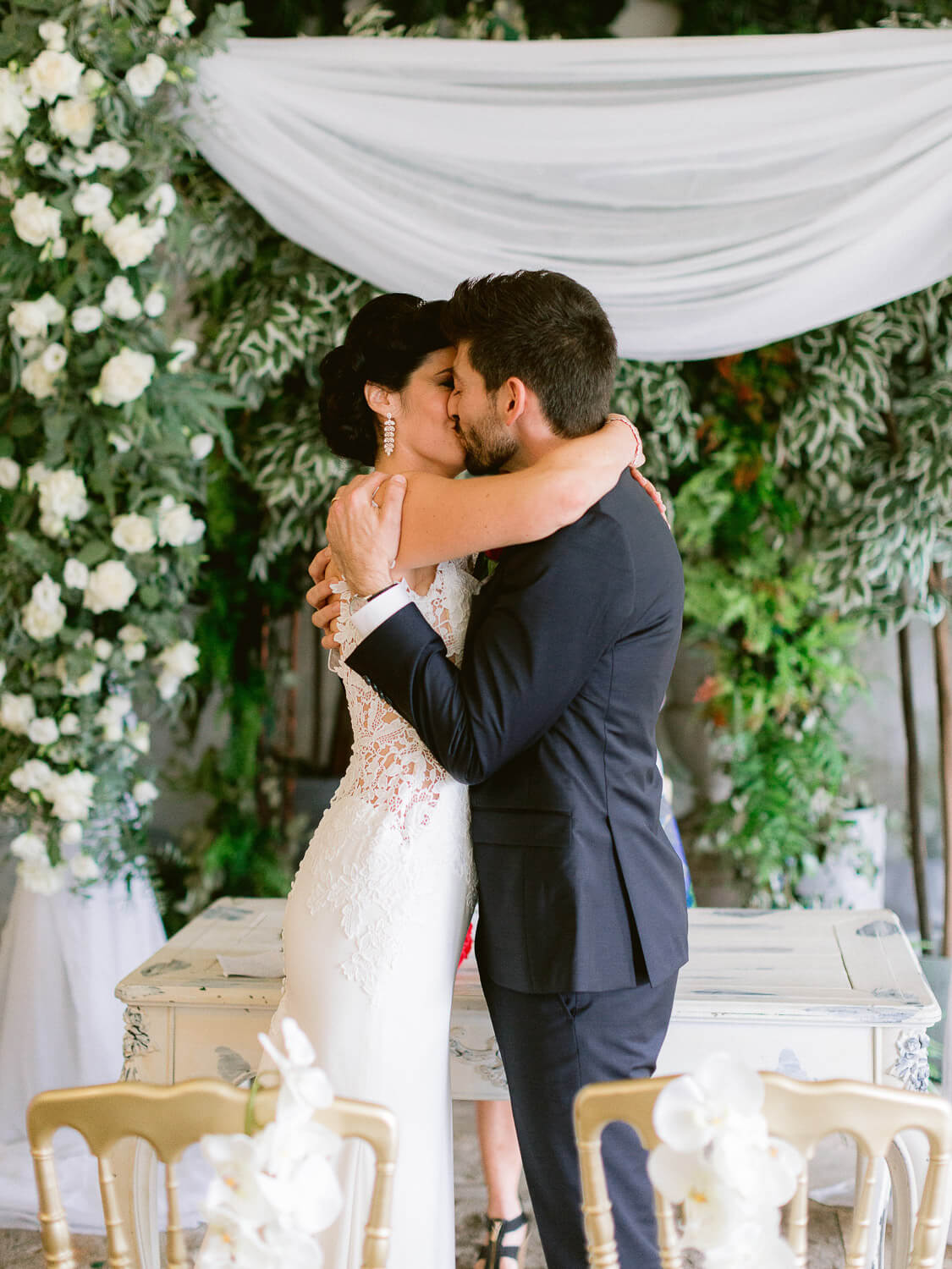 first kiss at the end of the wedding ceremony by Portugal Wedding Photographer