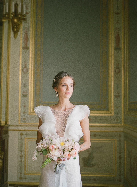 Bridal portrait with a pastel-coloured floral bouquet by Floraison Paris by Portugal Wedding Photographer