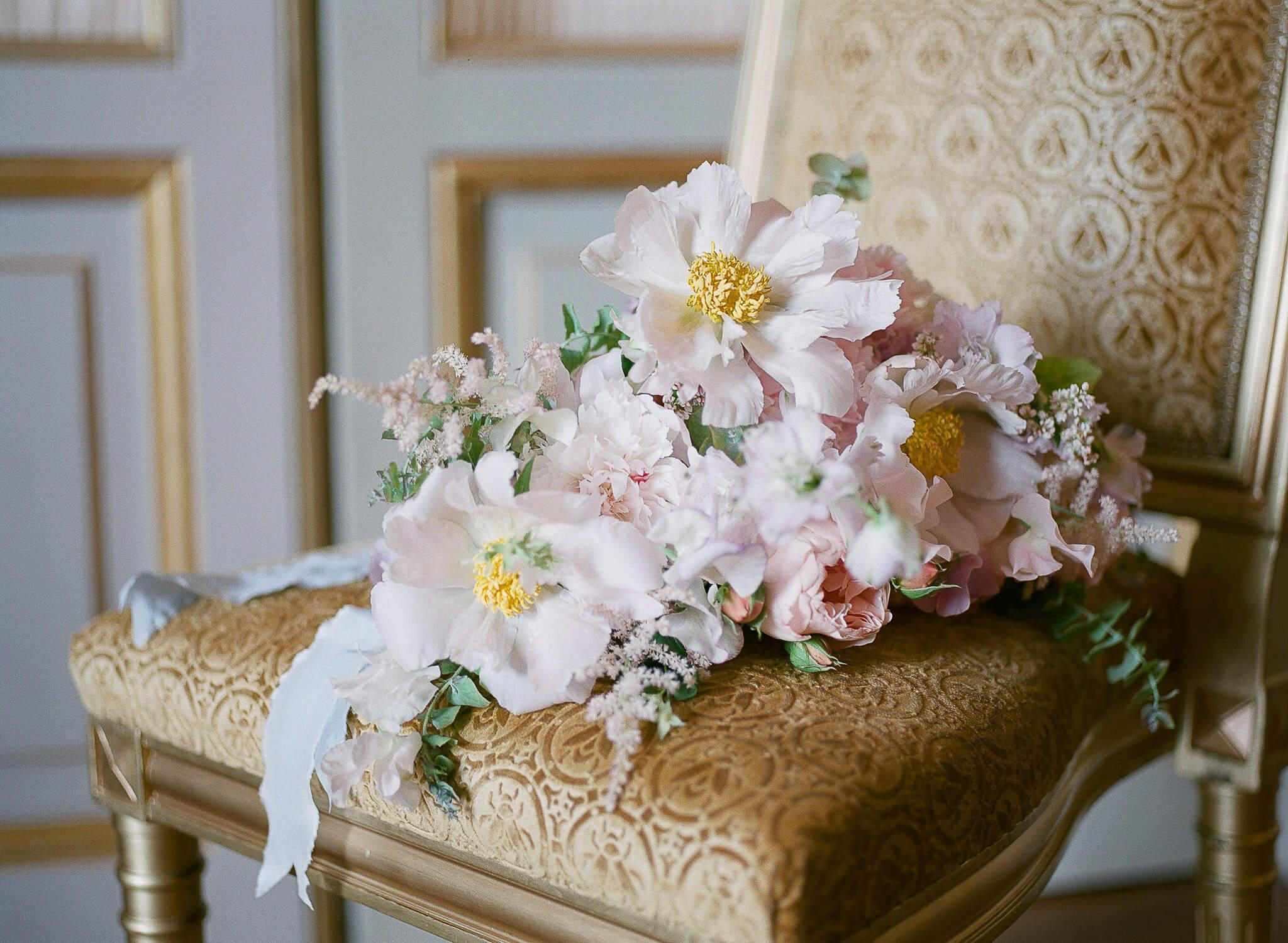 pastel-coloured floral bridal bouquet close-up by Floraison Paris by Portugal Wedding Photographer