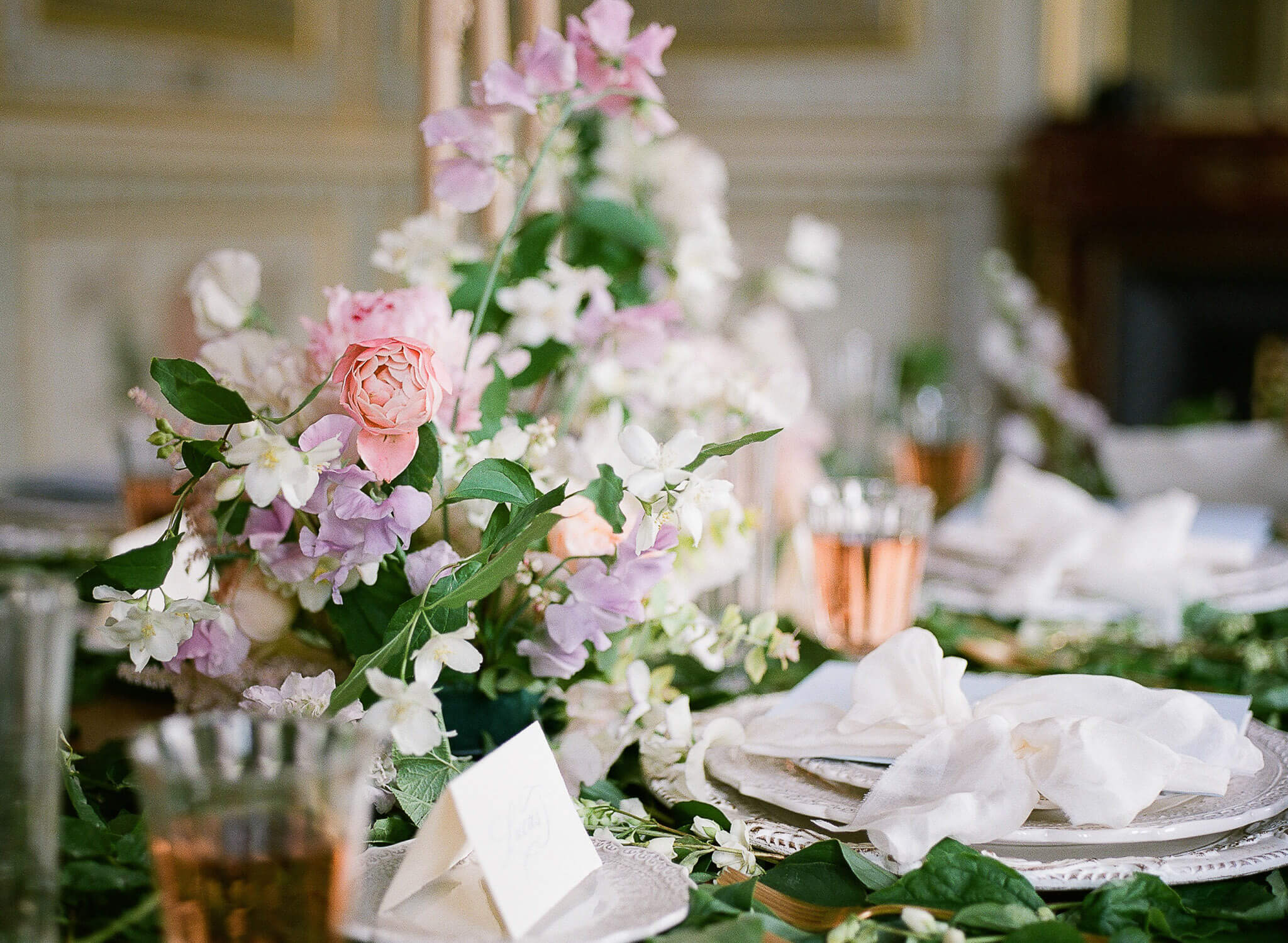 Wedding reception table setting floral decoration by Floraison Paris by Portugal Wedding Photographer