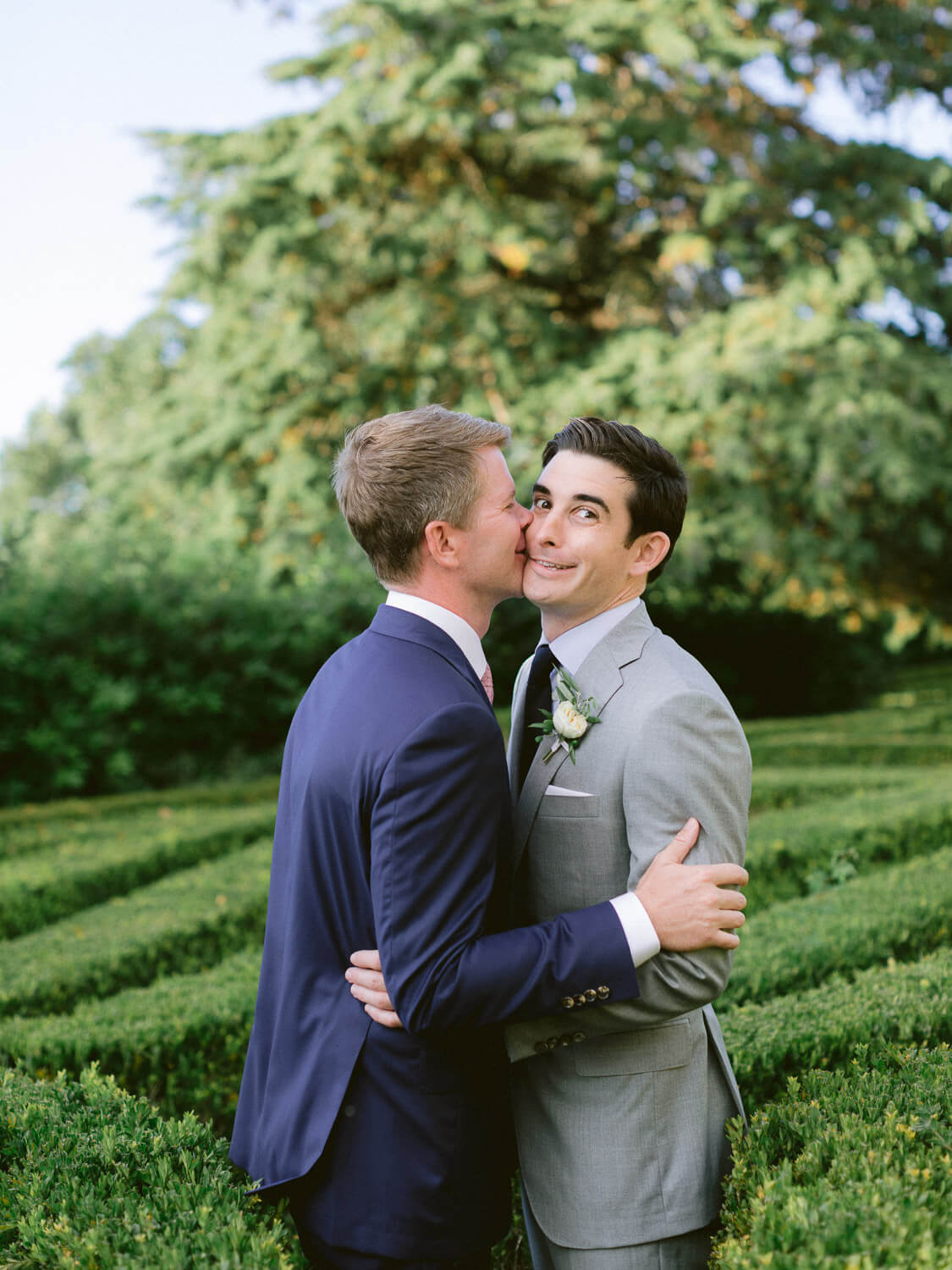 newlyweds kissing in Seteais Palace French garden by Portugal Wedding Photographer